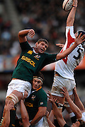 Twickenham, GREAT BRITAIN,  SA's,  Johann MULLER, supported by Danie ROSSOUW, contests the line out ball, with Chris JONES, during the, Investec 2006 Rugby Challenge, England vs South Africa, at Twickenham Stadium, ENGLAND on Sat 25.11.2006. [Photo, Peter Spurrier/Intersport-images]