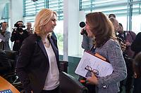 24 MAY 2016, BERLIN/GERMANY:<br /> Manuela Schwesig, SPD, Bundesfamilienministerin, und Aydan Oezoguz, SPD, Staatsministerin bei der Bundeskanzlerin als Beauftragte der Bundesregierung fuer Migration, Fluechtlinge und Integration,  im Gespraech, vor Beginn der Kabinettsitzung, Bundeskanzleramt<br /> IMAGE: 20170524-01-007<br /> KEYWORDS: Kabinett, Sitzung, Aydan Özoğuz, Gespräch