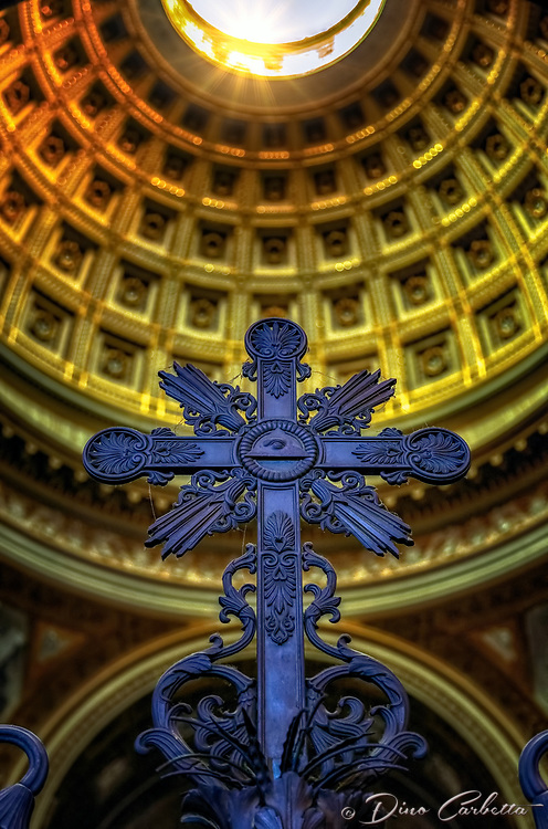 &quot;Croce sale verso la cupola dell'Arbasilica di San Giovanni in Laterano Roma&quot;...<br />
