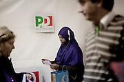 ROMA. UNA RAGAZZA IMMIGRATA CON CITTADINANZA ITALIANA CHIUDE LE SCHEDE ELETTORALI IN UNO DEI SEGGI ALLESTI PER LE PRIMARIE DEL PARTITO DEMOCRATICO
