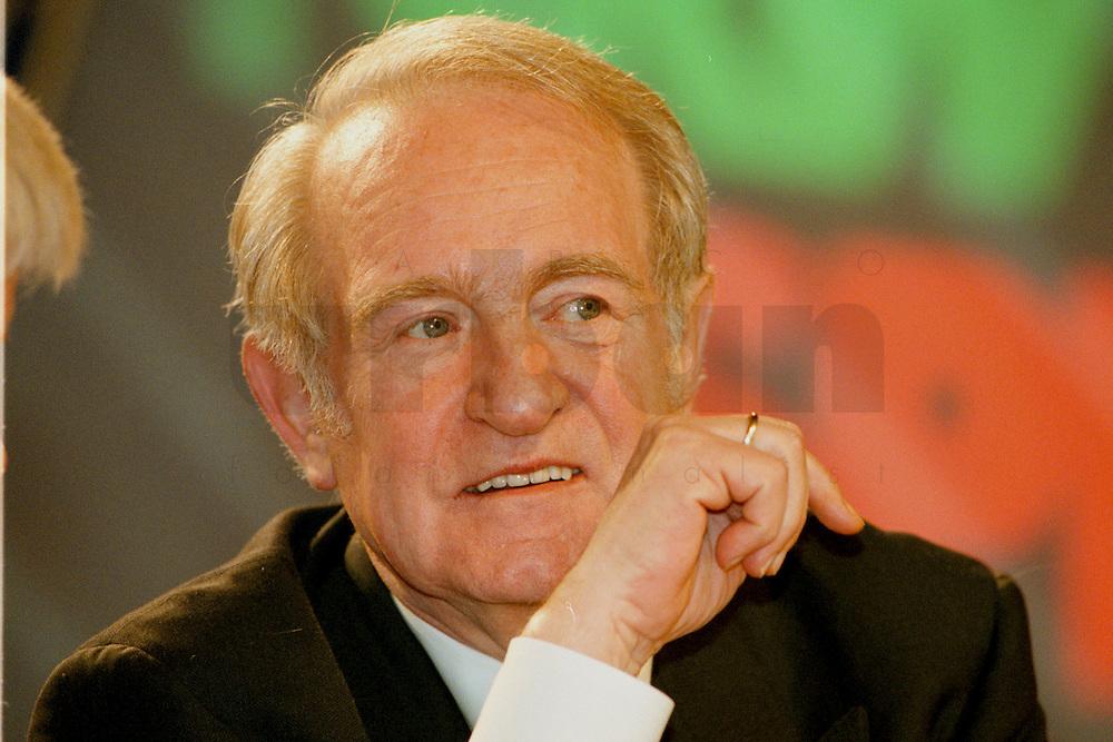 31 JANUARY 1998, DORTMUND/GERMANY:<br /> Johannes Rau, SPD, Ministerpräsident Nordrhein-Westfalen, auf dem Landesparteitag der SPD NRW<br /> IMAGE: 19980131-01/01-24