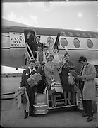 Gael Linn Cabaret Group arrive home.<br /> 05.07.1961