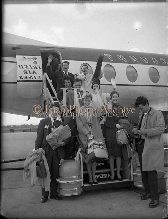 Gael Linn Cabaret Group arrive home.<br /> 05.07.1961