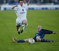 Fotball, 20. april 2002. Tippeligaen, Stabæk v Vålerenga Fotball 0-0. Tommy Stenersen, Stabæk, forsøker å stoppe Stian Ohr, Vålerenga.