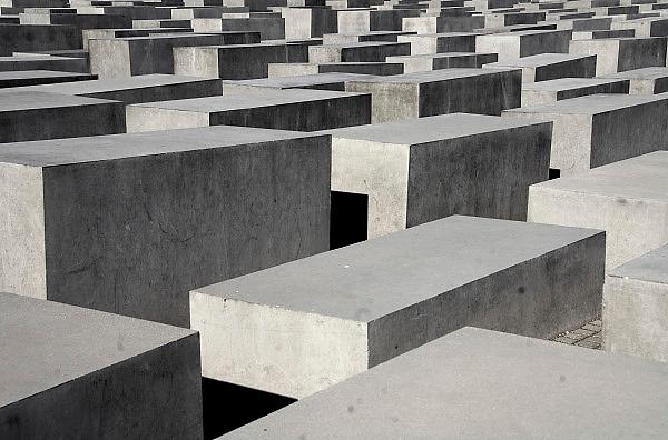 Duitsland, Berlijn, 22-8-2009Monument, opgericht in 2004, ter nagedachtenis aan de slachtoffers van de jodenvervolging in Europa tijdens het nazi regime van Hitler.Het staat in het voormalige niemandsland van de muur tussen oost en west-berlijn, en is opgericht na de eenwording, toen de twee landen gezamelijk hun geschiedenis konden verwerken.Holocaustmonument, holocaust, holocaust mahnmalFoto: Flip Franssen/Hollandse Hoogte