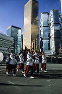 Hong Kong. Gurkhas last parade  departure base prince of Walles    / Aux pieds des buildings de Central, dans la base militaire prince of Walles. Dernière vue d'un bataillon de soldats Gurkhas avant son démantèlement .  / Orchestre de cornemuse des Gurkhas.  / R00057/2    L940628a  /  P0000318