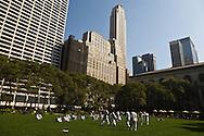 New York. Bryant park. Tae kwando training - martial art front of times square skyline. / BRYANT PARC, entrainement au Taekwando - art martial -devant les gratte ciel de Times square;