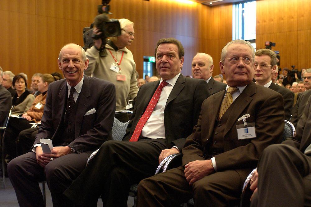 """03 FEB 2004, BERLIN/GERMANY:<br /> Ludwig Georg  Braun, Praesident DIHT, Gerhard Schroeder, SPD, Bundeskanzler, und Hans Peter Stihl, DIHK Ehrenpraesident, (v.L.n.R.), Auftaktkongress zum IHK-Jahresthema """"Innovation Unternehmen!"""", Deutscher Industrie- und Handelskammertag, DIHK, Haus der Deutschen Wirtschaft <br /> IMAGE: 20040203-01-007<br /> KEYWORDS: Innovationskongress, Gerhard Schröder"""