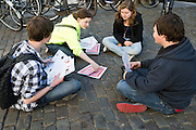 Jongeren kaarten op de Stadhuisbrug in Utrecht.<br />