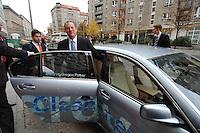 23 OCT 2007, BERLIN/GERMANY:<br /> Al Gore, Ehem. Vizepraesident der USA und Friedensnobelpreistraeger, steigt - auf dem Weg in das B undesk anzleramt in einen mit Wasserstoff angetriebenen 7er BMW Hydrogen 7, Rueckseite Hotel Adlon<br /> IMAGE: 20071023-01-008<br /> KEYWORDS: Flüssigwasserstoff, Fluessigwasserstoff, Auto, Car, Limousine