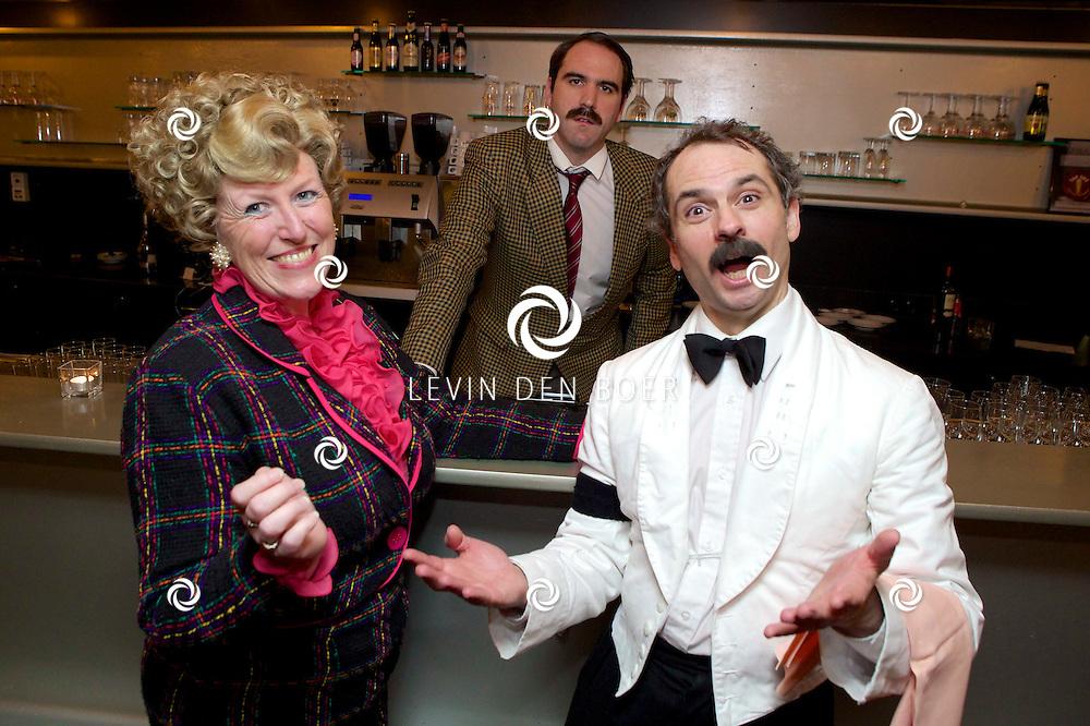 ETTEN-LEUR - In de schouwburg was een avondvullend programma door Faulty Towers The Dining Experience. Met hier op de foto Alison Pollard-Mansergh (Sybil), Robert Langston (Basil) en Leigh Kelly (Manuel). FOTO LEVIN DEN BOER - PERSFOTO.NU