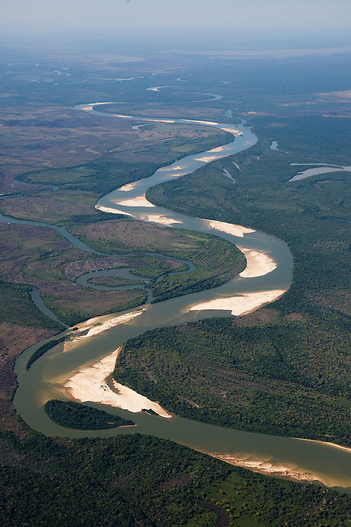 Low river flows during the dry season exposes sand banks of the Xingu River at  Parque Nacional do Xingu (Xingu National Park), in Mato Grosso, Brazil, August 7, 2008. Daniel Beltra/Greenpeace