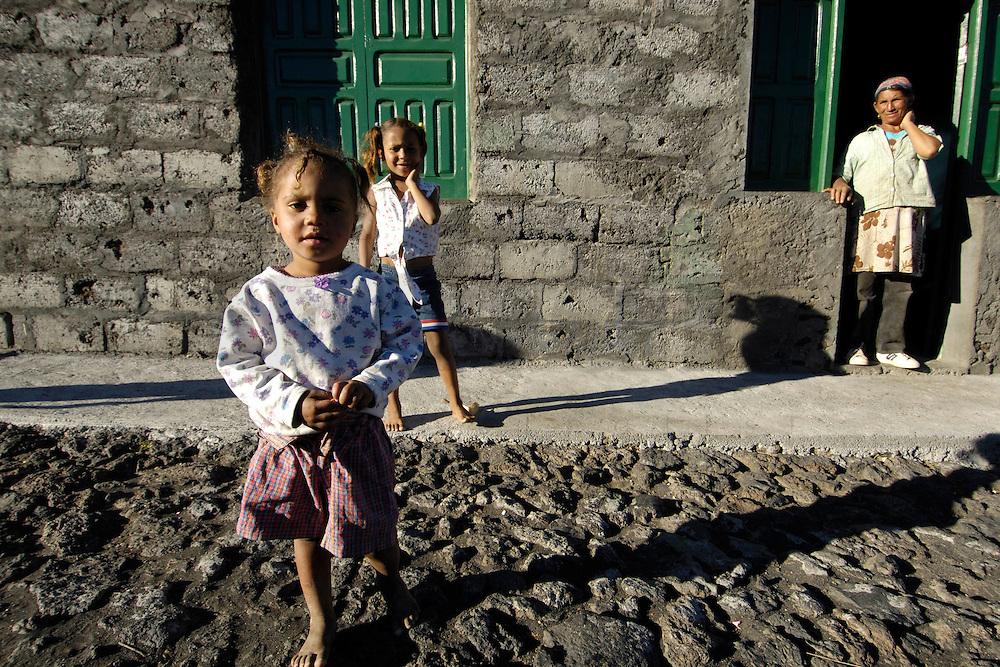 12 JAN 2006, FOGO/CAPE VERDE:<br /> Kinder von Bangaeira in der Cha das Caldeiras, am Fusse des Pico de Fogo, Fogo, Kapverdischen Inseln<br /> Children of Bangaeira into the Cha das Caldeiras, near the Pico de Fogo, Island Fogo, Cape verde islands<br /> IMAGE: 20060112-01-056<br /> KEYWORDS: Travel, Reise, Natur, nature, cabo verde, Dritte Welt, Third World, Kapverden