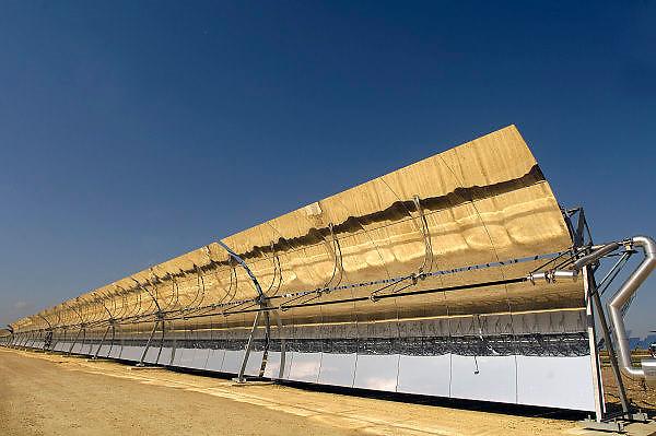 Spanje, Sanlucar la Mayor, 7-5-2010De Solnova zonnecentrale in Sanlucar la Mayor in Spanje.  Op het terrein staan drie soorten installaties die elektriciteit via de zon opwekken. De torens ontvangen via spiegels zonlicht die wordt omgezet in warm water in de ontvanger bovenin de toren. Er is een systeem dat gebruik maakt van zonnecellen, extra verlicht door spiegels die er vlak boven en onder aan vast zitten. Het derde systeem is met parabolische spiegels waarvoor een buis gevuld met water of een speciale olie loopt. Deze wordt heet en die warmte gebruikt met om stoom voor de generator te maken.The PS20 solar tower plant site at Sanlucar la Mayor in  Spain. The largest commercial solar tower in the world which produces clean, reliable and sustainable thermoelectric power from the sun, built by the Spanish company Solucar, Abengoa, can provide electricity for up to 6,000 homes. Abengoa plans to build a total of 9 solar towers over the next 7 years to provide electricity for an estimated 180,000 homes.Fields of parabolic mirrors surround the Solnova 1, 3, and 4 concentrating solar power, CSP, projects. This is a parabolic trough solar thermal energy collector. They each produce 50 megawatss of electricity and are owned and operated by Abengoa Solar.Foto: Flip Franssen/Hollandse Hoogte