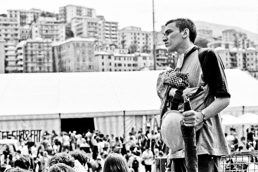 Genova, venerdì 20 luglio 2001. Giornata delle piazze tematiche. Un manifestante si guarda attorno allo stadio Carlini, poco prima della partenza del corteo della disobbedienza civile.