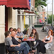 Nederland Rotterdam 01-10-2009 20091001 ..Groepje vrienden / collega's genieten op een terrasje van een mooie nazomerdag, drinken samen een biertje. Group of friends collegues enjoying a drink beer                                        ..Foto: David Rozing