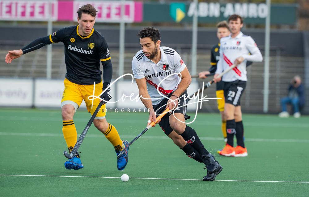 AMSTELVEEN -   Valentin Verga (Adam) met Arjen Lodewijks (Den Bosch)  tijdens de competitie hoofdklasse hockeywedstrijd mannen, Amsterdam- Den Bosch (2-3).  COPYRIGHT KOEN SUYK