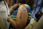 Una pellegrina etiope mostra il suo tatuaggio