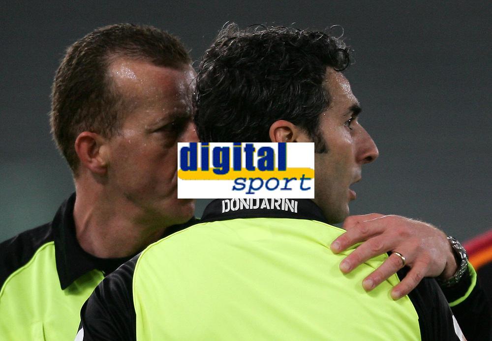 Fotball<br /> Serie A Italia 2004/05<br /> Roma v Siena<br /> 20. april 2005<br /> Foto: Digitalsport<br /> NORWAY ONLY<br /> L'ARBITRO DONDARINI SI CONSULTA CON IL GUARDALINEE PRIMA DI ESPELLERE TOTTI