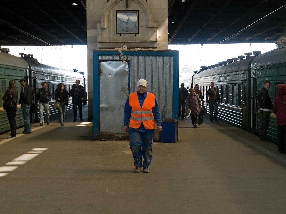 Arbeiterin und Reisende auf einem Bahnsteig in der Halle des Kasaner Bahnhofs (Kasanski woksal) welcher einer der neun Bahnhöfe in Moskau ist. Er liegt am Komsomolskaja-Platz, in unmittelbarer Nähe zum Jaroslawler und dem Leningrader Bahnhof, und ist bis heute einer der größten Bahnhöfe der russischen Hauptstadt.<br /> <br /> Worker and travellers on a plattform in the hall of the Kazansky Rail Terminal (Kazansky vokzal) which is one of eight rail terminals in Moscow, situated on the Komsomolskaya Square, across the square from the Leningradsky and Yaroslavsky terminals.