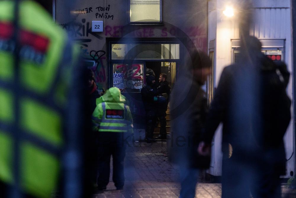 Deutschland, Berlin - 11.01.2018<br /> <br /> Polizisten und Sicherheitsleute stehen auf dem Gelaende der Schule. Die ehemals von Fluechtlingen besetzte Schule in der Ohlauer Stra&szlig;e wurde von der Polizei, am Morgen, an den Bezirk &uuml;bergeben. Schon vor der Raeumung verlie&szlig;en am Mittwochabend Fl&uuml;chtlinge die besetzte Schule.<br /> <br /> Germany, Berlin - 11.01.2018<br /> <br /> Policemen and security guards are standing on the grounds of the school. The formerly school in Ohlauer Street which was occupied by refugees was committed by the police to the district. On Wednesday night the last refugees left the building.<br /> <br />  Foto: Markus Heine<br /> <br /> ------------------------------<br /> <br /> Veroeffentlichung nur mit Fotografennennung, sowie gegen Honorar und Belegexemplar.<br /> <br /> Bankverbindung:<br /> IBAN: DE65660908000004437497<br /> BIC CODE: GENODE61BBB<br /> Badische Beamten Bank Karlsruhe<br /> <br /> USt-IdNr: DE291853306<br /> <br /> Please note:<br /> All rights reserved! Don't publish without copyright!<br /> <br /> Stand: 01.2018<br /> <br /> ------------------------------