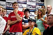 Frivillige telefonringere i telefonbanken i Madison lytter til pep-talken til guvernør Scott Walker som er på besøk. Wisconsin Governor Scott Walker (R) campaigns hard to stay in power as he faces a  recall election on June 4th 2012.