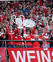 Fussball 1. Bundesliga :  Saison   2009/2010   34. Spieltag   Hertha BSC Berlin - FC Bayern Muenchen    08.05.2010 Jubel Fans mit  Championsleague Pokal, Meisterschale, DFB POKAL