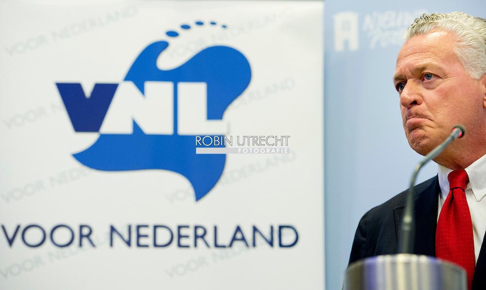 DEN HAAG - (VLNR) Laurence Stassen, Bram Moszkowicz en Joram van Klaveren tijdens de persconferentie van de politieke partij VNL. Voormalig advocaat Bram Moszkowicz heeft zich in Den Haag gepresenteerd als voorman van de nieuwe politieke partij VoorNederland (VNL). De 54-jarige Moszkowicz werd twee jaar geleden uit de advocatuur gezet wegens schending van gedragsregels en verwaarlozing van cliëntenbelangen. COPYRIGHT ROBIN UTRECHT