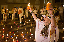 Teilnehmer einer Friedenskundgebung am Rande der Aufbauarbeiten für die Unterzeichnung des Friedensvertrages in Cartagena / 250916<br /> <br /> *** Participants of a peace meeting light candles on the evening before the peace treaty will get signed between the FARC and the Colombian government inCartagena, Colombia, September 25, 2016 ***