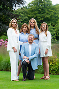 Zomerfotosessie 2020 bij Paleis Huis ten Bosch in Den Haag<br /> <br /> Summer photo session 2020 at Palace Huis ten Bosch in The Hague<br /> <br /> Op de foto / On the photo:  Koning Willem-Alexander en koningin Maxima met hun dochters prinses Amalia, prinses Ariane en prinses Alexia <br /> <br /> King William Alexander and Queen Maxima with their daughters Princess Amalia, Princess Ariane and Princess Alexia