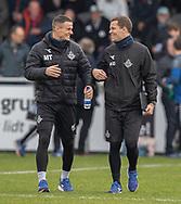 Assistenttræner Mikkel Thygesen og målmandstræner Kim Drejs (FC Helsingør) på vej ud til kampen i 2. Division mellem Holbæk B&I og FC Helsingør den 20. oktober 2019 i Holbæk Sportsby (Foto: Claus Birch).