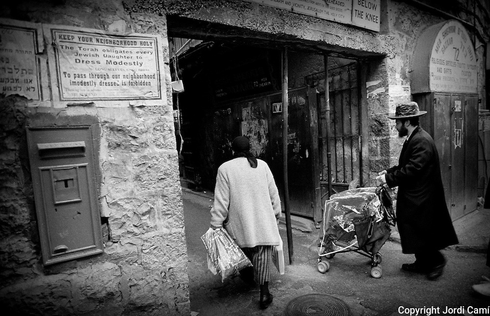 Entrance to a neighborhood of Mea Sherim, with a sign that warns that women should dress modestly and with skirts below the knees. Jerusalem. © JORDI CAMÍ