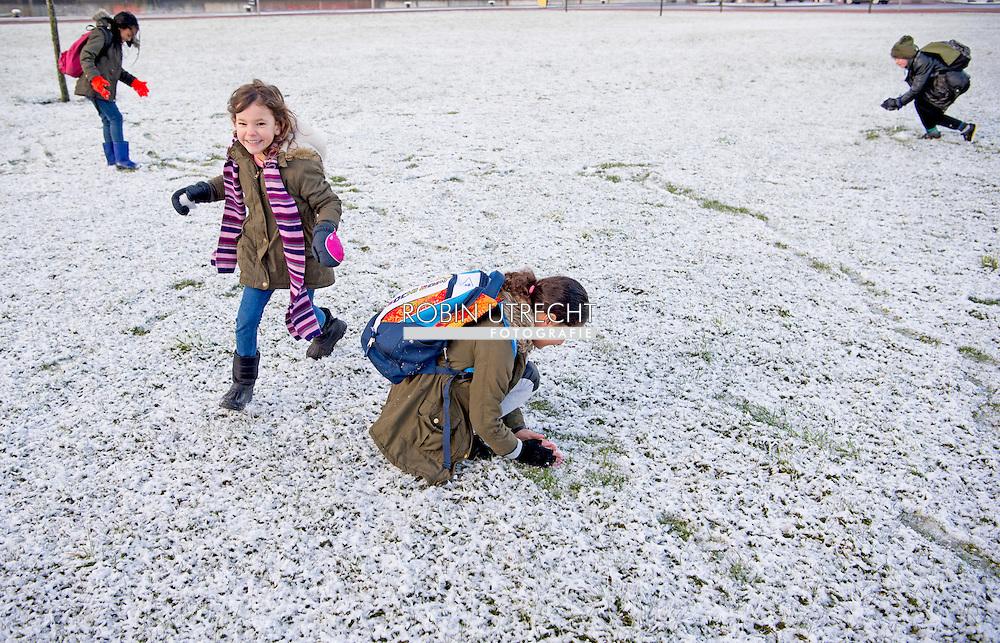 ROTTERDAM - kinderen spelen in de sneeuw sneeuwballen gooien . copyright robin utrecht