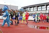 1. divisjon fotball 2014: Hødd - Tromsdalen.  Spillerne entrer banen til 1. divisjonskampen mellom Hødd og Tromsdalen på Høddvoll.
