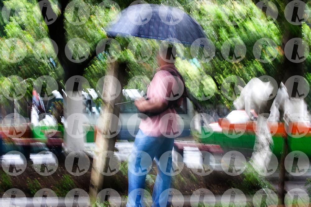 Un miembro del Ejercito de civil mantiene presencia en la colonia Tikal en Apopa, 30 km al norte de San Salvador, El Salvador Domingo  Agosto 15, 2010  como medida que el gobierno salvadoreno desarrolla  en su plan contra la delincuencia. Apopa uno de los muncipios de mayor presencia de las pandillas juveniles.(ILphoto/Edgar Romero)