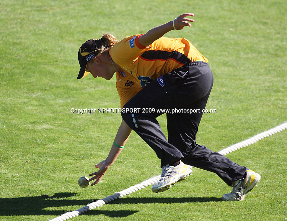 Wellington's Liz Perry keeps the ball from the boundary.<br /> State League final. Wellington Blaze v Canterbury Magicians at Allied Prime Basin Reserve, Wellington. Saturday, 24 January 2009. Photo: Dave Lintott/PHOTOSPORT