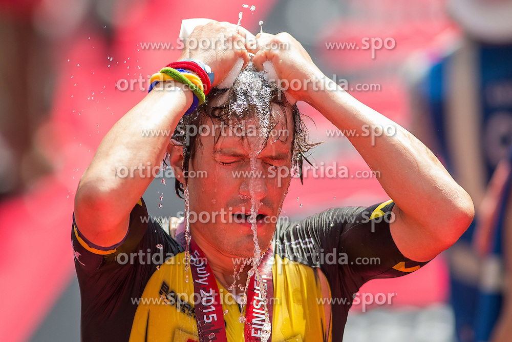 05.07.2015, Frankfurt, GER, Ironman Europameisterschaften, Frankfurt, im Bild Sebastian &quot;Sebi&quot; Kienle (Deuschland) dr?ckt sich Wasserschw?mme ?ber dem Kopf aus // during the Ironman European Championship 2015 triathlon in Frankfurt, Germany on 2015/07/05. EXPA Pictures &copy; 2015, PhotoCredit: EXPA/ Eibner-Pressefoto/ Schueler<br /> <br /> *****ATTENTION - OUT of GER*****