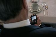 Brasilia, DF, Brasil, 19/06/2007, 08h14:O ministro Henrique Meirelles, presidente do Banco Central, manipula seu celular Black-Berry durante seu cafe-da-manha em sua casa.   foto:Caio Guatelli