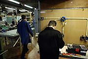Nederland, Gennep, 1-12-2003..Leerling van een vmbo school werkt op de elektro techniek afdeling aan een werkstuk. Technisch onderwijs, basisvorming, techniek, leesproblemen, dyslexie, beroepsonderwijs, vakmanschap, opleiding...Foto: Flip Franssen/Hollandse Hoogte
