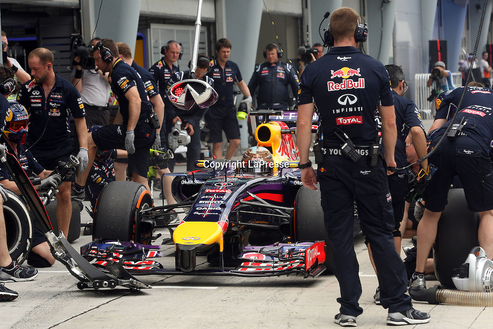 &copy; Photo4 / LaPresse<br /> 29/3/2014 Sepang, Malaysia<br /> Sport <br /> Grand Prix Formula One Malaysia 2014<br /> In the pic: pit stop testing for Sebastian Vettel (GER), Red Bull Racing, RB10