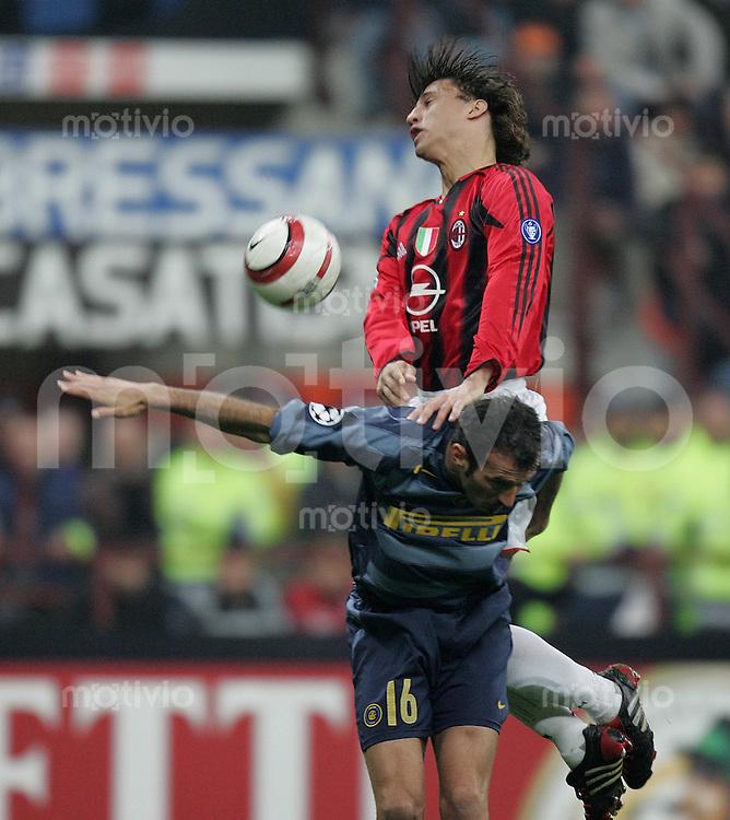Fussball International Champions League 2004/2005 Viertelfinal - Rueckspiel Inter Mailand 0-1 AC Mailand  Hernan Crespo (AC,oben) gegen Giuseppe Favalli (inter)