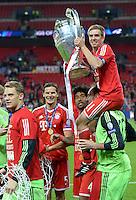FUSSBALL  CHAMPIONS LEAGUE  SAISON 2012/2013  FINALE  Borussia Dortmund - FC Bayern Muenchen         25.05.2013 Champions League Sieger 2013 FC Bayern Muenchen: Philipp Lahm (FC Bayern Muenchen) jubelt auf den Schultern von Ersatztorwart Tom Starke mit den Pokal.