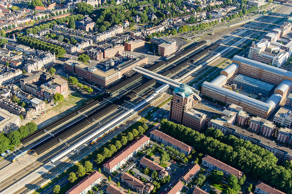 Nederland, Noord-Brabant, Den Bosch, 23-08-2016; station 's-Hertogenbosch met directe omgeving, Stationsplein en Higo de Grootplein., Paleis van Jusititie.<br /> Downtown area with central station and immediate environment.<br /> luchtfoto (toeslag op standard tarieven);<br /> aerial photo (additional fee required);<br /> copyright foto/photo Siebe Swart