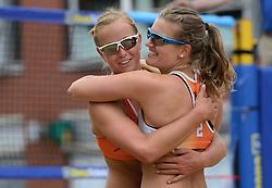 01-06-2014 NED: Eredivisie Beachvolleybal 2014,  Arnhem<br /> Roos van der Hoeven en Jessica Smit