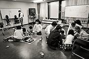 Barnen leker medan föräldrarna har möte i rummet bredvid.<br /> <br /> Hinan Mama Net, är en stödgrupp för mammor som har evakuerat från Fukushima prefekturen till Tokyo. Gruppen startades av Rika Mashiko.