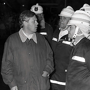 NLD/Huizen/19910921 - Brand kos Koperslager Huizen, vermoedelijk aangestoken door een pyromaan, burgemeester Hoekzema word ingelicht door de brandweercommandant