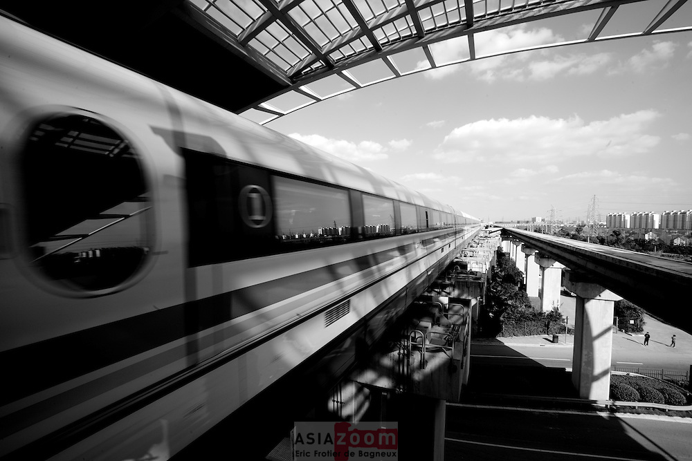 Le Maglev arrive en gae a Shanghai, Chine