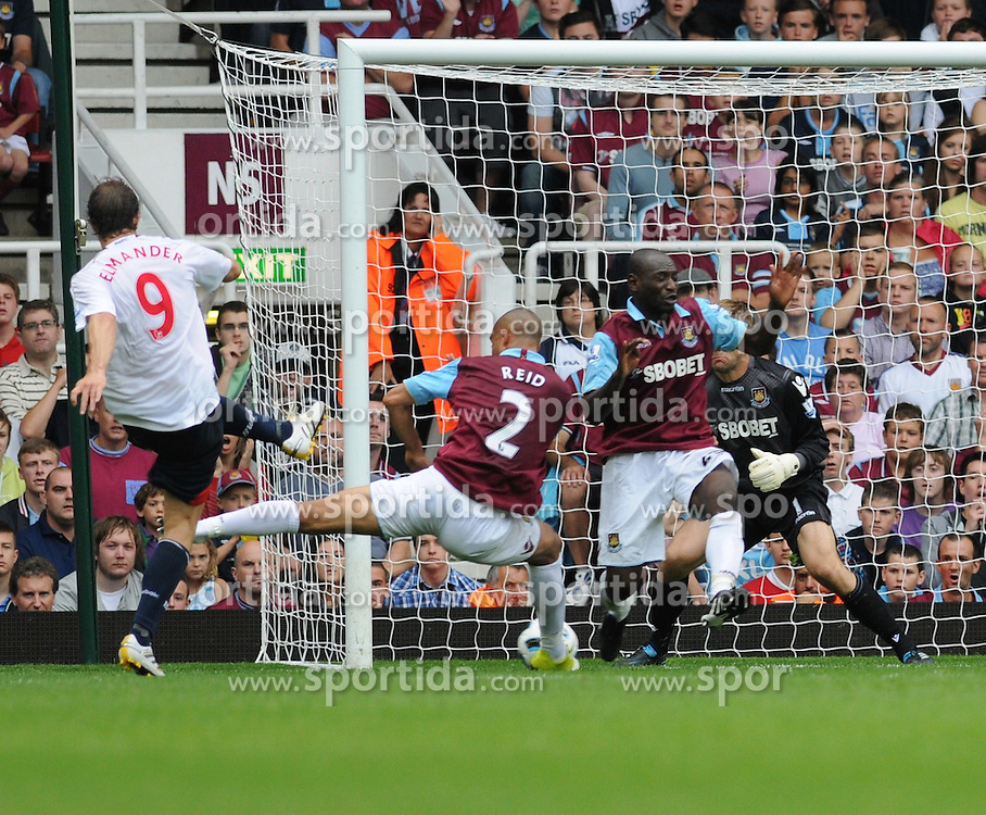 21.08.2010, Boleyn Ground, London, ENG, PL, West Ham United vs Bolton Wanderers, im Bild Johan Elmander shoots at the goal with Winston Reid trying to block the ball...West Ham vs Bolton.English Championship. EXPA Pictures © 2010, PhotoCredit: EXPA/ IPS/ Daniel Cawthorne +++++ ATTENTION - OUT OF ENGLAND/UK +++++ / SPORTIDA PHOTO AGENCY