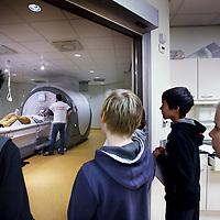 Nederland, Amsterdam , 10 november 2013.<br /> Op zondag 10 november wordt er een ochtend georganiseerd in VUmc van de Kinderuniversiteit. 14 kinderen komen dan lessen volgen in neurowetenschappen en nemen bijv ook een kijkje bij de MRI.<br /> <br /> Foto:Jean-Pierre Jans