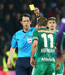 14.02.2016, Generali Arena, Wien, AUT, 1. FBL, FK Austria Wien vs SK Rapid Wien, 22. Runde, im Bild Alexander Harkam (Schiedsrichter) zeigt Steffen Hofmann (SK Rapid Wien) die gelbe Karte// during Austrian Football Bundesliga Match, 22nd Round, between FK Austria Vienna and SK Rapid Vienna at the Generali Arena, Vienna, Austria on 2016/02/14. EXPA Pictures © 2016, PhotoCredit: EXPA/ Thomas Haumer